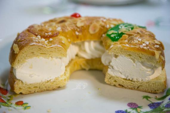 Un Roscon de Reyes relleno de nata.