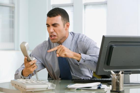 Trabajador teléfono gritando