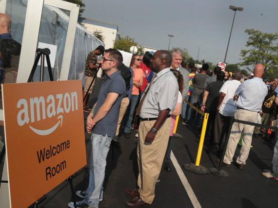 Trabajadores de Amazon hacen cola