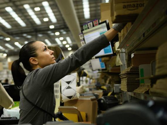 Una trabajadora en un centro de logística de Amazon.