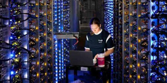 Una trabajadora en un centro de datos de Google