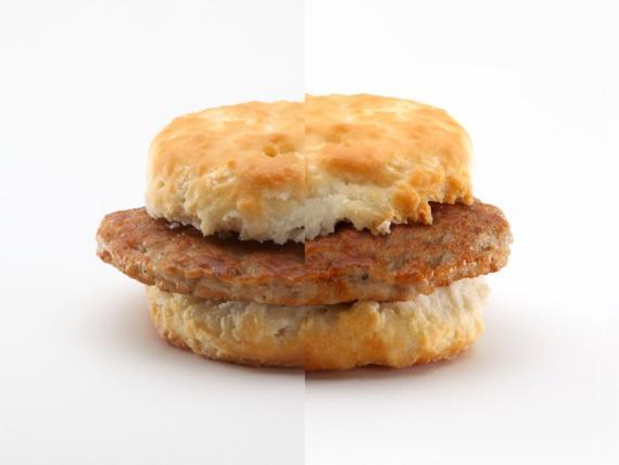 Bocadillo de salchicha de McDonald's sin retocar y retocado con Photoshop.