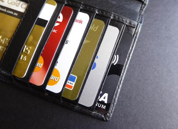 Cartera de mano repleta de tarjetas de crédito