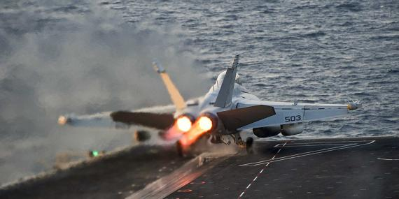 Un EA-18G Growler despega del portaaviones clase Nimitz llamado Carl Vinson, en el Golfo Pérsico.