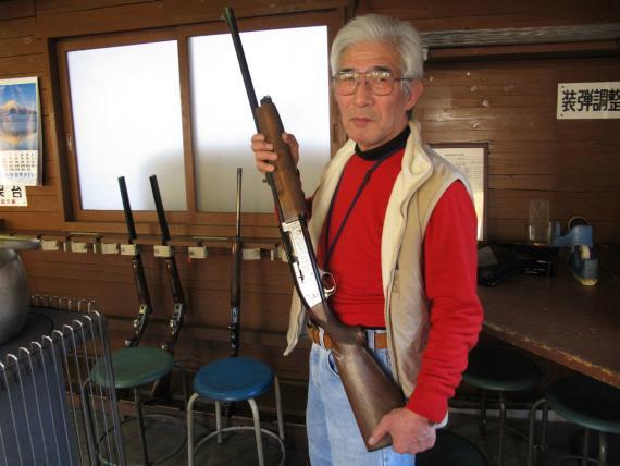 Un ciudadano japonés muestra una escopeta para explicar el control de armas.