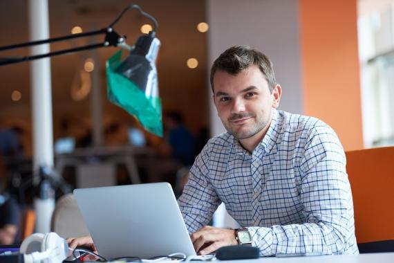 Emprendedor delante del ordenador