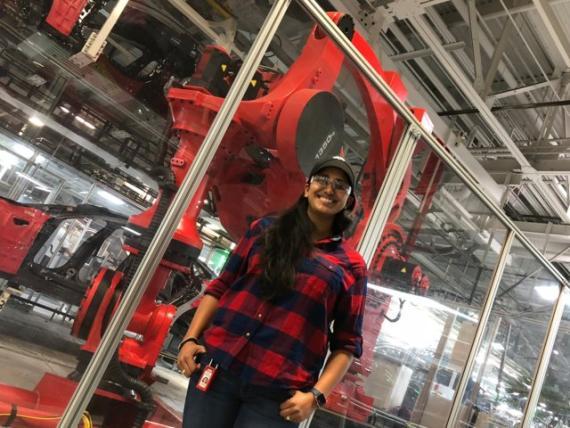 Sheena Patterson con uno de los robots gigantes de Tesla
