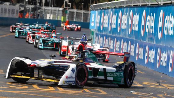Los coches de la Formula E son muy espectaculares, aquí se los ve rodando por Santiago de Chile