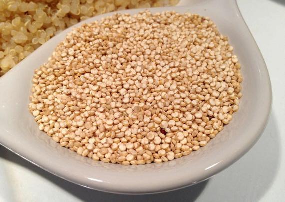 Granos de quinoa en un  recipiente