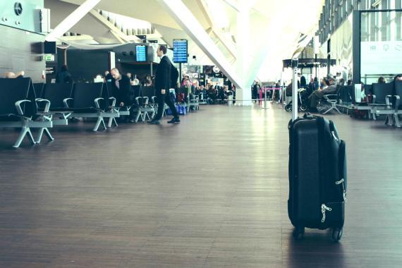 Una maleta en un aeropuerto.