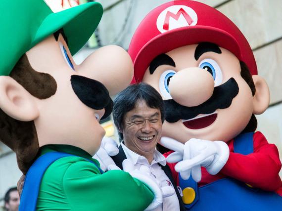 """El diseñador de """"Mario Bros"""", Shigeru Miyamoto, acompañado por sus personajes."""