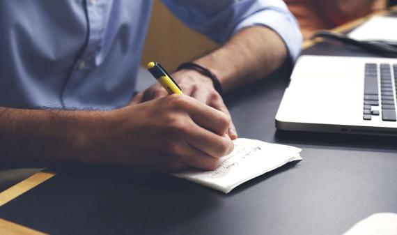 Persona escribiendo en papel