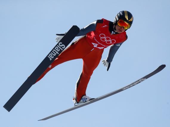 El saltador esloveno, Tilen Barton, entrenando para las Olimpiadas de Invierno 2018 en Pyeongchang.
