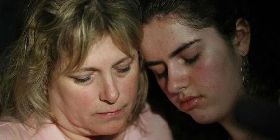 Sarah Crescitelli se apoya en su madre, Stacy Crescitelli (izqd.) tras escapar del tiroteo en la escuela secundaria Marjory Stoneman Douglas en el que murieron 17 personas el 14 de febrero de 2018 en Parkland, Florida (EE. UU.).