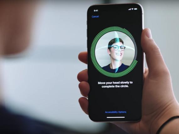 """El iPhone X de Apple utiliza su sistema de cámara especial """"TrueDepth"""" para  obtener un reconocimiento facial del usuario e iniciar sesión de forma segura."""
