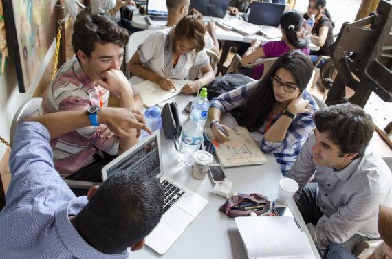 Universitarios Estudiando