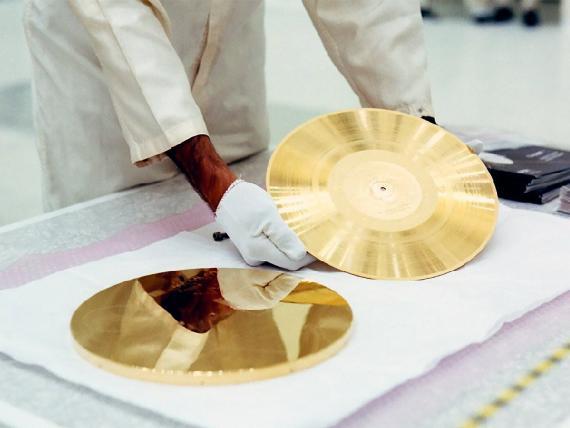 Un técnico de la NASA prepara un vinilo de oro para instalarlo en la sonda Voyager 1.