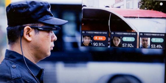 Un vídeo promocional muestra a un actor utilizando las gafas de reconocimiento facial LLvision durante una manifestación.