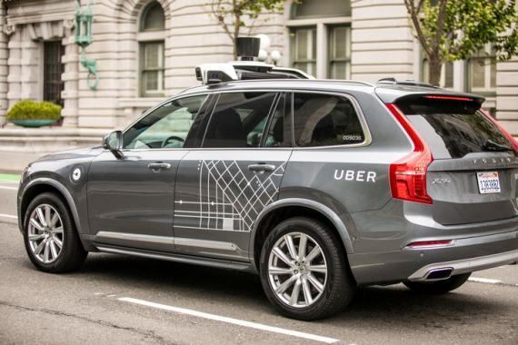 Coche autónomo de Uber por las calles de una ciudad