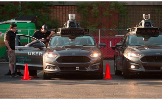 Dos modelos autónomos del Ford Fusion en un parking del centro técnico de Uber en Pittsburgh, Pennsylvania, en una fotografía de archivo.