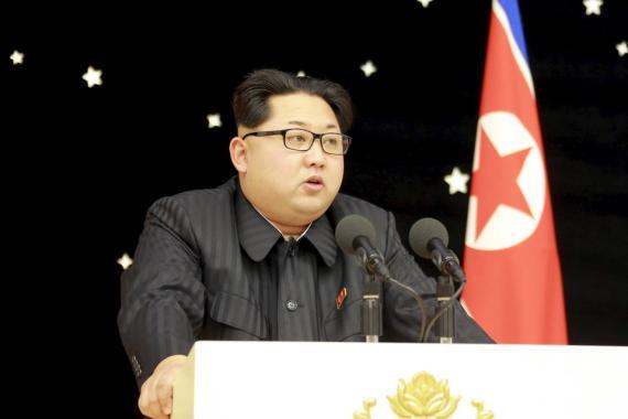 El líder norcoreano Kim Jong Un asiste a un banquete junto a los colaboradores del reciente lanzamiento del cohete, en esta foto publicada sin fecha por la Agencia Central de Noticias de Corea del Norte (KCNA) en Pyongyang el 15 de febrero de 2016.