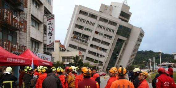 Un edificio se derrumba hacia un lado tras un terremoto de escala 6,5 el 7 de febrero de 2018 en Hualien, Taiwán.