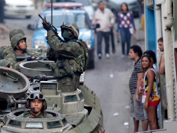Patrulla del ejército brasileño en la favela de Mangueira de Río de Janeiro.