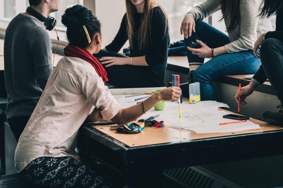 Estudiantes sentados en una mesa