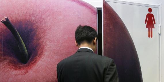 Hombre entrando al baño