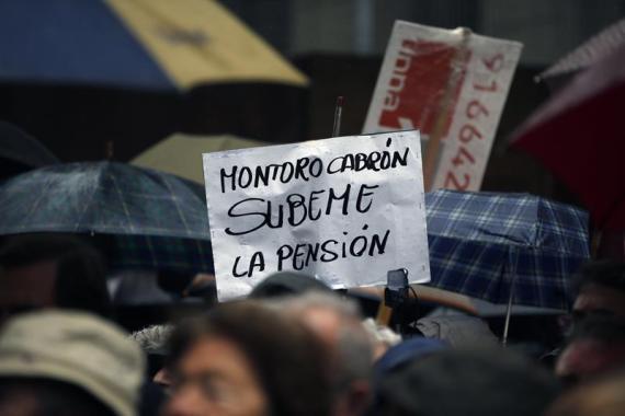 Un manifestante, la semana pasada, durante las movilizaciones en Madrid en contra de la congelación de las pensiones.