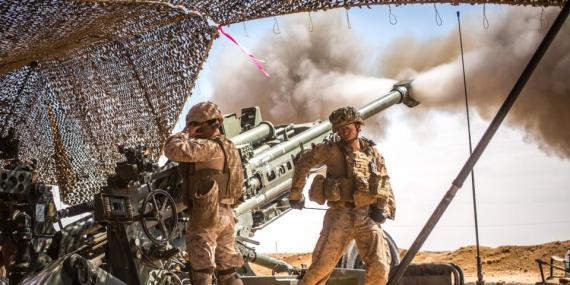 Marines de EEUU lanzando un M777 Howitzer durante una misión en el Norte de Siria en 2017.