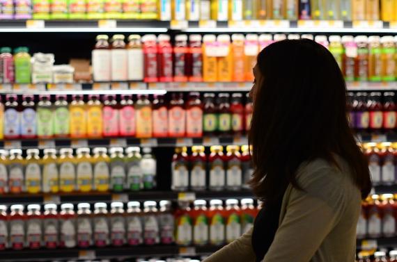 Mujer haciendo la compra mirando el supermercado