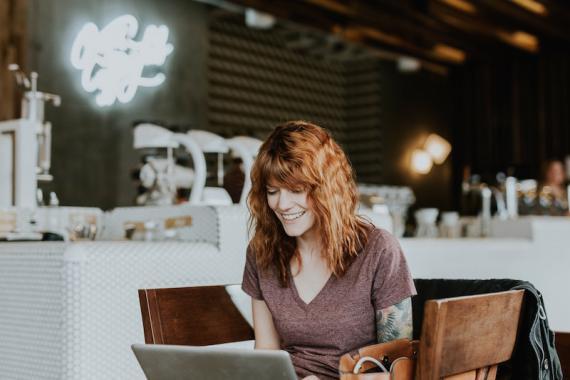 Mujer trabajando en una cafetería