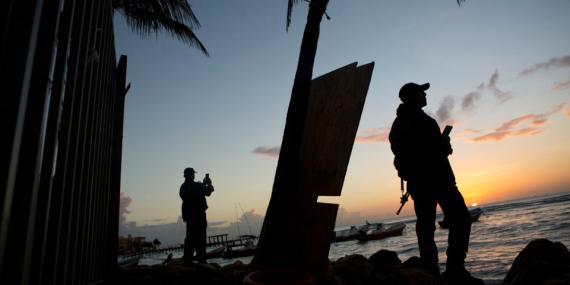 La Policía Municipall monta guardia en la playa frente al club Blue Parrot, un día después del tiroteo en Playa del Carmen.