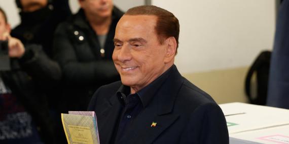El líder del partido Forza Italia, Silvio Berlusconi, deja su voto en una mesa electoral en Milán, Italia, el 4 de marzo de 2018.