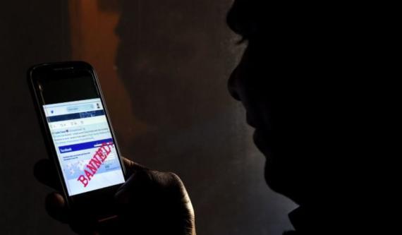 Un hombre de Sri Lanka lee un mensaje en Twitter que muestra que Facebook había sido prohibido en Colombo el 7 de marzo de 2018.