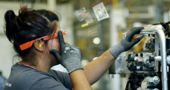 Trabajadora haciendo uso del dispositivo.