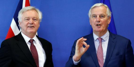 Secretario de Estado de Reino Unido para el abandono de la UE y el Jefe Europeo para la Negociación del Brexit posan juntos antes de una rueda de prensa en Bruselas, en marzo de 2018.