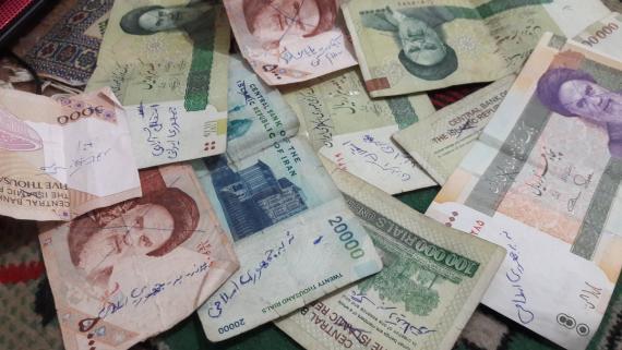 Billetes iraníes con mensajes de los protestantes
