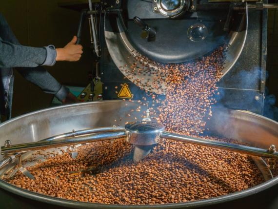 Cuando los granos de café se tuestan, la acrilamida se forma como un subproducto