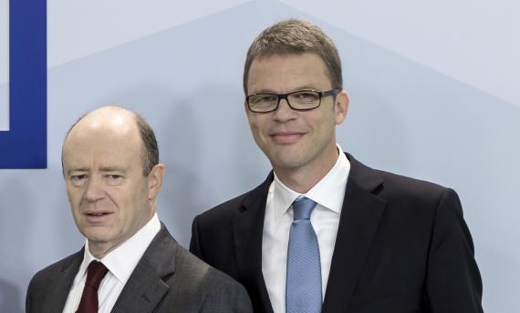 John Cryan and Christian Sewing en una conferencia de Deutsche Bank en 2015.