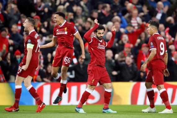 Jordan Henderson, Alexander-Arnold, Mohamed Salah y Roberto Firmino celebran un gol del Liverpool ante la Roma