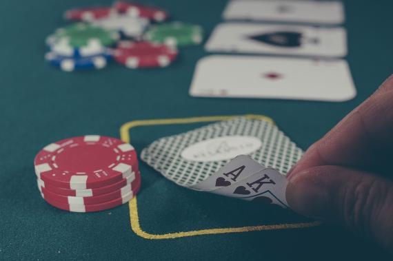 Un jugador de póker mira su mano