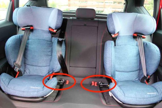 Las dos sillitas quedan desplazadas hacia los laterales gracias al dispositivo.