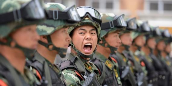 Un militar chino da órdenes