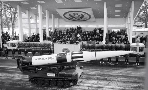 Un misil nuclear en un desfile ante John Kennedy, en su inauguración en 1961.