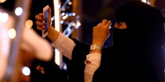 mujer con burka haciéndose selfie