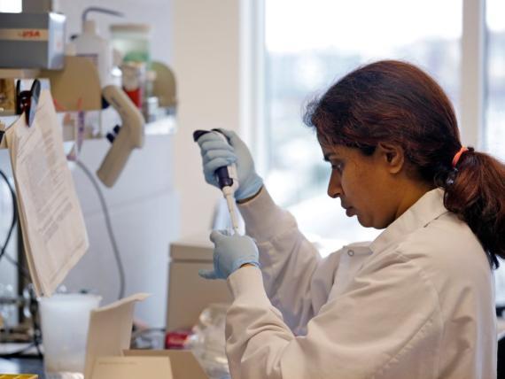 Una mujer en un laboratorio