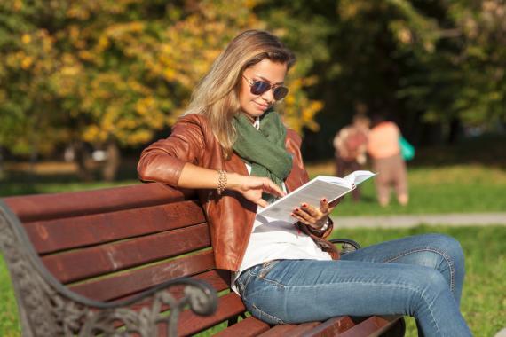 Mujer leyendo en el parque
