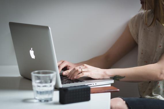 Una mujer trabaja con su ordenador